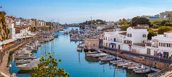 De gezellige haven van menorca